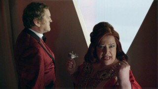 The Queen of Hearts (Kathy Bates) doesn't respond well to threats whereas the King (Colm Meaney) just doesn't respond at all.