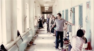 The doctor exposed to the first reported case of white blindness leads a group stumble down the sanitarium's now-filthy halls.