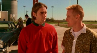 Aspiring criminals Anthony Adams (Luke Wilson) and Dignan (Owen Wilson) talk out their plans at a gas station.