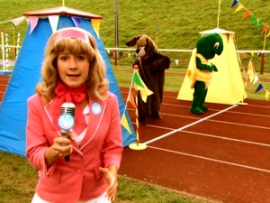 Super Silly Sports reporter Pinky Pinkerton (Polly Frame) is on the scene of the much-anticipated Tortoise vs. Hare race.