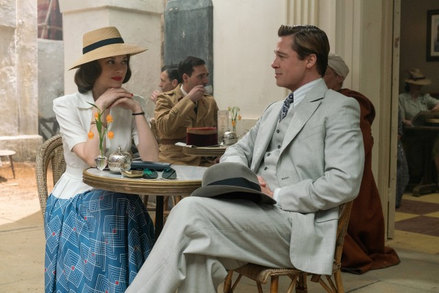 Spotting someone who could blow his cover, Max Vatan (Brad Pitt) needs to sneak off from his meal with Marianne Beausejour (Marion Cotillard).