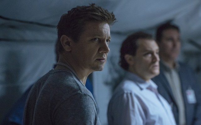 Ian Donnelly (Jeremy Renner) works with Louise to establish communication with Earth's alien visitors.