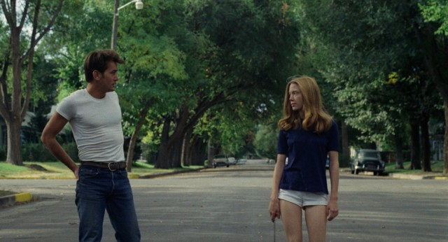 Kit Carruthers (Martin Sheen) and Holly Sargis (Sissy Spacek) meet on a street in South Dakota.