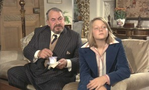 Harry Brundage (Leo McKern) and Casey Brown (Jodie Foster) in the midst of a con act.