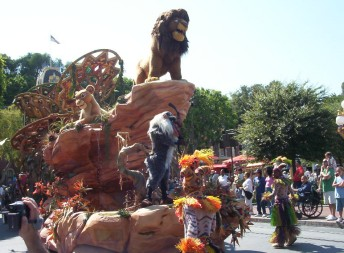 "Simba says ""Raw!!!!!"" aboard The Lion King float in Walt Disney's Parade of Dreams."