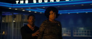 Curtis (Jamie Foxx) protects Effie (Jennifer Hudson) from the chaos of 1960s Detroit.