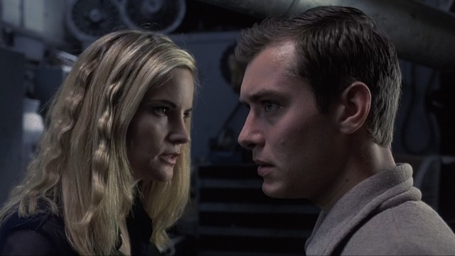 Game designer Allegra Geller (Jennifer Jason Leigh) and novice marketing trainee Ted Pikul (Jude Law) try to wrap their heads around eXistenZ's virtual reality.