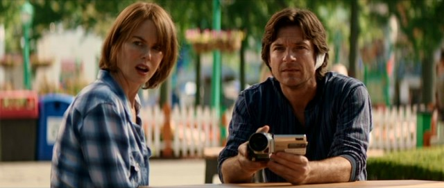 Annie (Nicole Kidman) and Baxter Fang (Jason Bateman) reluctantly agree to watch and record their parents' performance art involving a forged coupon and a food stand.