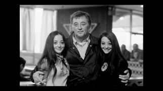 Robert Mitchum poses with young twins who evidently adore him on the set of The Friends of Eddie Coyle.