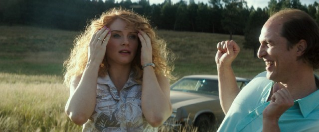 Kenny (Matthew McConaughey) uses his newfound wealth to buy a plot of land for him and his girl Kay (Bryce Dallas Howard).