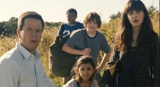 Elliot (Mark Wahlberg), Jess (Ashlyn Sanchez), Alma (Zooey Deschanel), and their companions Josh (Spencer Breslin) and Jared (Robert Bailey Jr.) observe the symptoms of other evacuees.