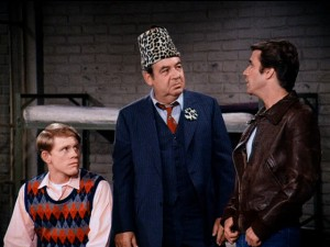 Wearing his silly lodge hat in prison, Mr. Cunningham (Tom Bosley) isn't too cheerful or receptive to Fonzie's advice.