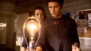 Generating electricity is one of the more useful powers possessed by science experiments/good-looking teens Kyle XY (Matt Dallas) and Jessi XX (Jaimie Alexander).