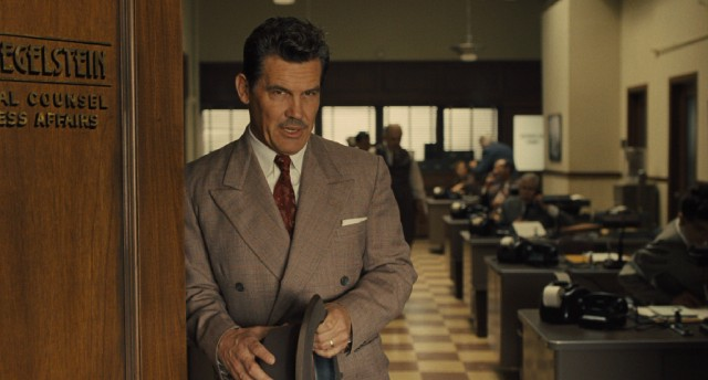Eddie Mannix (Josh Brolin) fixes the problems of Capitol Pictures and its stars.
