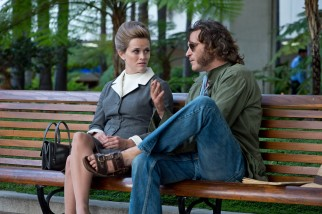 Doc Sportello (Joaquin Phoenix) consults his current girlfriend, Deputy D.A. Penny Kimball (Reese Witherspoon), regarding the disappearance of his ex.