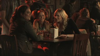 Janet (Rebecca Field), Pizza Girl (Lindy Booth), and Hannah (Laura Prepon) spend time away from their men by attending a local bar and talking about guys (what else?).
