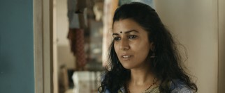 Ila (Nimrat Kaur) is the mystery woman preparing Saajan's lunches with an assortment of spices and love.