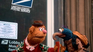 The post office's early closing on Christmas Eve leaves Fozzie Bear and Gonzo the Great with some unmailed letters.