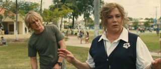 Dog trainer Mrs. Kornblut (Kathleen Turner) decides to use John (Owen Wilson) and the off-screen Marley as examples for her tutorial.