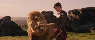 Aslan, Narnia's king, confers with Peter.