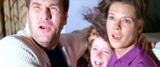 Steve, middle child Robbie (Oliver Robins), and Diane look up at the bright light. In real life, the actors in these three parts are the only Freeling family members apparently not affected by the so-called Poltergeist curse.