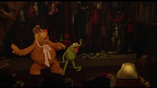 Fozzie and Kermit aim to please the patrons of El Sleazo.