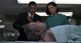 Agent J (Will Smith) and inquisitive medical examiner Laurel Weaver (Linda Fiorentino) find something out of the ordinary at the city morgue.