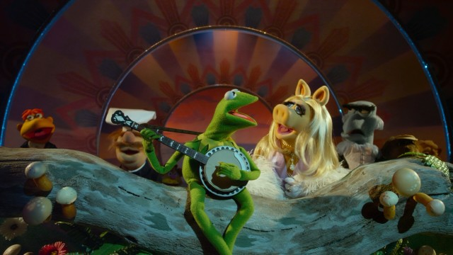 "Just like old times. Kermit the Frog is joined by Miss Piggy and the entire gang for a still-enchanting performance of ""Rainbow Connection."""