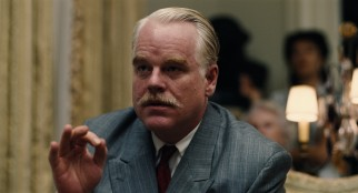 In New York, Lancaster Dodd (Philip Seymour Hoffman) speaks on a variety of issues, while reluctantly defending his beliefs before a skeptic.