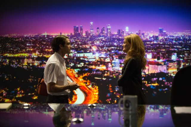 Lou Bloom (Jake Gyllenhaal) increasingly commands more money and acknowledgement from news producer Nina Romina (Rene Russo).