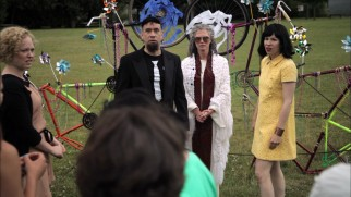 "Trendsetters Spyke (Fred Armisen) and Iris (Carrie Brownstein) rehearse a ""Cool Wedding"" unlike any other."
