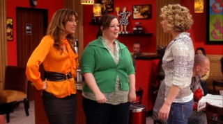 Samantha chats with her two best friends (Jennifer Esposito, Melissa McCarthy) at their favorite coffee shop hangout.