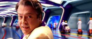 Mogul E.P. Arnold Royalton (Roger Allam) takes the Racers on a tour of his state-of-the-art facility in an effort to woo Speed to sign with him.