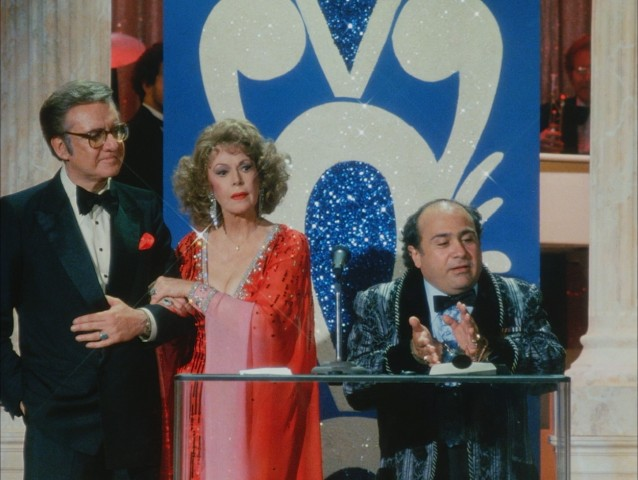 "With police on his trail, Vic DeSalvo (Danny DeVito) takes desperate measures to accept an award at the 11th annual TV Digest Awards in ""The Ratings Game."""