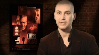 "Writer/director Rodrigo Cortés talks about his horror tastes in front of greenscreen replaced by the Spanish poster for his film, ""Luces Rojas"" (""Red Lights"")."