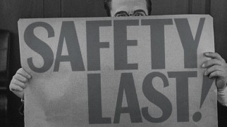 Harold Lloyd hides behind a sign bearing the title of the film on the Blu-ray's static menu screen.