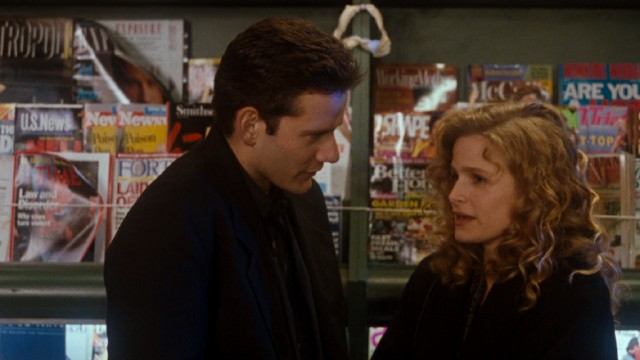 "The film's central couple, Steve Dunne (Campbell Scott) and Linda Powell (Kyra Sedgwick), shares a moment at a Seattle newsstand in ""Singles."""