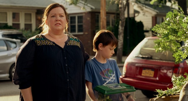 Maggie (Melissa McCarthy) and Oliver (Jaeden Lieberher) do not have a pleasant first encounter with their grouchy next door neighbor.