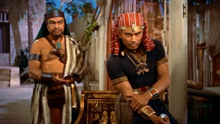 Dathan (Edward G. Robinson) reveals a little-known fact about Moses to future Pharaoh Rameses II (Yul Brynner).