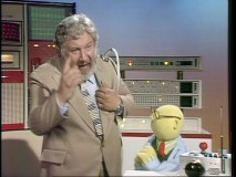 Dr. Bunsen Honeydew demonstrates the all-purpose Robot Politician that looks an awful lot like the renowned philosopher Peter Ustinov.