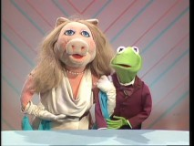 Miss Piggy and Kermit promote the episode of the week in the Promo Gag Reel.