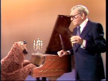 "Rowlf performs the forgotten lyrics to ""The Entertainer"", with help from George Burns who has his trademark cigar in hand."