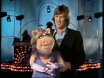 "An unbearded Kris Kristofferson is joined by Miss Piggy for a rendition of ""Help Me Make It Through the Night."""