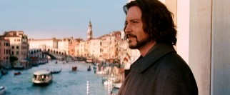 Unused to luxury, American schoolteacher Frank Tupelo (Johnny Depp) enjoys the view from an upscale Venetian hotel suite.