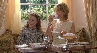 Hallie enjoys some English tea with her mother (Natasha Richardson).