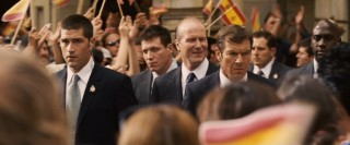 Agent Barnes (Dennis Quaid) and Agent Taylor (Matthew Fox) escort President Ashton (William Hurt) through an excited crowd in Salamanca, Spain.