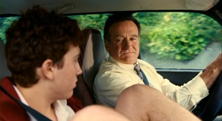 Lance Clayton (Robin Williams) has a strained relationship with his nihilistic teenaged son Kyle (Daryl Sabara).