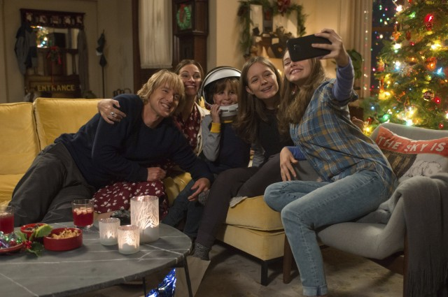 Miranda (Danielle Rose Russell) snaps a Christmas selfie with the Pullman family (Owen Wilson, Julia Roberts, Jacob Tremblay, and Izabela Vidovic).